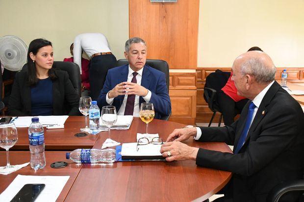 Senadores discuten con equipo económico del Gobierno, proyecto ley sobre la vivienda Suntuaria